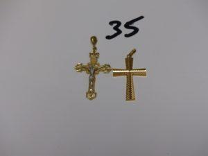 1 Christ sur croix monture bicolore (H4cm) et 1 croix ciselée (H3,5cm). Le tout en or PB 5,7g