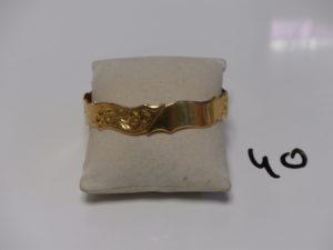 1 bracelet rigide en or à motif floral (diamètre 7cm). PB 27,5g