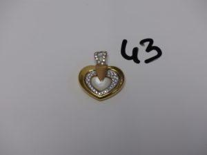1 pendentif coeur tricolore en or orné d'une pierre nacrée et de petites pierres blanches (L3cm) creux. PB 10,5g