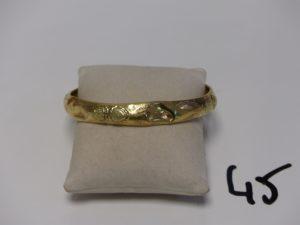 1 bracelet rigide et ouvragé en or (cabossé, diamètre 7cm). PB 11,8g