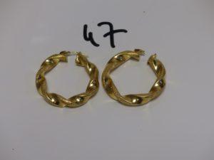 1 paire de grandes créoles torsadées en or poli et granité (manque attache et diamètre 4,5cm). PB 11,1g