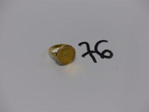 1 bague en or serti-griffes 1 pièce de 2,5 Pesos 1945 (td51). PB 6,2g