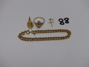 1 bracelet maille gourmette en or (manque chaînette de sécurité, L19cm),1 bague en or ornée d'1petite pierre (Td59), 1 médaille de la vierge en or et 1 croix en or. PB 11,1g