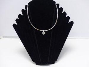 1 Collier ras de cou en or centré d'un pendentif coeur mobile serti d'un diamant tl coeur d'environ 1,20 carat. PB 20g