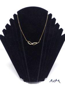 1 collier maille carrée en or motif central orné d'un diamant principal d'environ 0,15ct épaulé de 8 petits diamants (L40cm). PB 4,6g