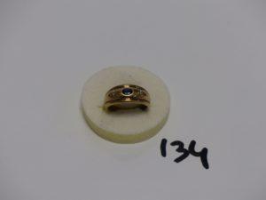 1 bague en or ornée d'une petite pierre bleue épaulée de 2 petits diamants (td55). PB 4,5g