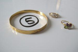 1 Bracelet en or rigide motif floral abimé (D6cm),2 bagues en or(1 rehaussée de 4 pierres de couleur (td52)/ 1 2 ors ajourée(td51)). PB 13,7g
