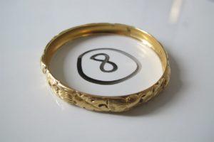 1 Bracelet en or rigide à motif floral (D6,5cm). PB 39,3 g .
