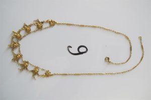 1 Collier plastron en or à motif floral (L44cm). Pb 13,2g