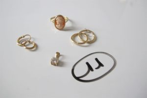 1 Bague en or rehaussée d'un camée(td60)1 pendentif en or rehaussé d'une pierre blanche, 4 créoles en or ( 2 granitées,2ciselées).PB 6,6g