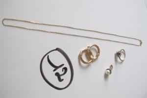 1 Bague en or gris à motif de fleur rehaussée d'une pierre rouge et entouréede 8 petits diamants(td52),1 chaine en or (L46cm),2 créoles fantaisies en or, 1pendentif en or rehaussé d'une perle blanche. PB 9,8g