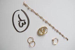 1 Bracelet en or maille filigranée alternée de perles blanches (L19cm),1 bague en or rehaussée d'une perle blanche(td59), 4 créoles en or dont 2 ciselées. PB 6,8g