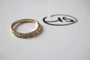 1 Demie alliance en or rehaussée de 5 petits diamants (td62). PB 4,5 g