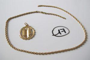 1 Pendentif en or à décor du Coran,1 collier en or maille corde brisée. PB 9,6 g
