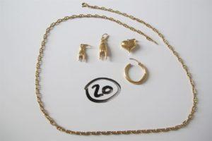 1 Chaine en or maille marine (L49cm),3 pendentifs en or ( 2 à motif d'une main 1 à motif de coeur),1créole en or abiméePB 16,8g