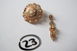1 Broche en or motif ajouré et rehausséede petites perles blanches(soudures BT) poinçon tête de cheval,1 pendentif en orfantaisie rehaussé de petites perles blanches dont 1 manque. PB 5,3g