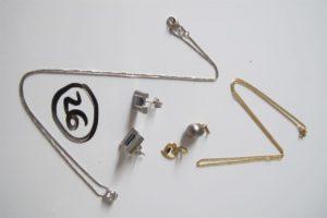 1 Collier en or gris rehaussé d'une pierre blanche sertie clos(L45cm),1 chaine en or(L45cm),2 boucles en or grisornées d'une pierre bleue entourée de petits diamants,2 pendentifs en or (1 rehaussé d'une perle grise,1 motif coeur).PB 13,8 g