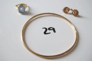 1 Bague en or rehaussée d'une pierre bleue claire(td52),1 jonc en or abimé (6,7cm),2 dormeuses en or poinçon tête de cheval). PB 19,2g .