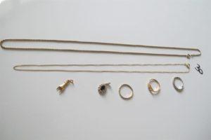 """2 Chaines en or (1 maille épis (L60cm),1(L50 cm)),1 demie alliance en or gris ornée de 9 petits diamants(td51),1 allianceen or ciselée(td54),1 chevalierede dame rehaussée de l'initiale """"c""""(td53),2 pendentifs en or (1 rehaussé d'une pierre bleue entourée de pierres blanches, 1 à décor de main). PB 17g"""