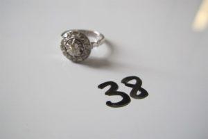 1 Bague en or gris rehaussée d'un petit diamant central entouré de petits diamants(td47). PB 2,9g