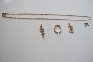 1 Chaine en or(L49cm),1 alliance en or corps brisé,2 pendentifs en or(1 à décord'une croix de camargue,1 fantaisie). PB 13,5g