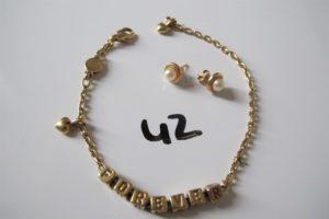 """1 Bracelet en or fantaisie avec deux pampilles à décor de coeurs gravé """"Forever""""(L19,5cm),2 boucles d'oreilles en or rehaussées de perles blanches. PB 13,6g."""