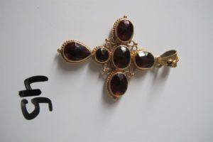 1 Croix en or rehaussée de pierres rouges(H5,5cm).PB 8,8g