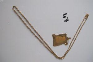 1 Pendentif en or à décor d'une photo,1 chaine en alliage 14 K maille forçat(L51cm). PB 8,6 g (3,3 g or 18 k/5,3 g alliage 9K).