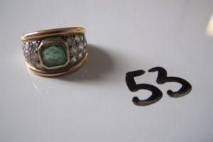 1 Bague 2 ors ornée d'une pierre verte et entourée de petits diamants(td52). PB 9,5g