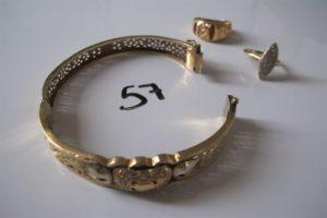 1 Bracelet en or ouvrant ajouré à décor de petites pierres blanches(D6,7cm),2 bagues en or (1 corps abimé motif ajouré(td55),1 modèle Marquise pavée de pierres blanches(td57)).PB 26,6g