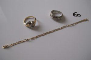 2 Bagues en or (1 2 ors pavée de petits diamants(td52),1 or gris ornée de deux rangs de petits diamants dont 1 manque (td52),1 bracelet en or maille cheval (L14cm).PB 10,6g