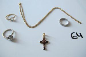 1 Chaine en or maille forçat(L45cm),1 alliance or gris ciselée(td51),1 croix en or rehaussée de pierres bordeaux,2 bagues en or ( 1 en or gris rehaussée d'un diamant(env 0,20ct)(td52),1 rehaussée d'une pierre bleue claire (td53)). PB 15,9g