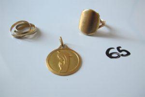 """1 Bague en or composée d'un corps de bague en 18 k et d'une pièce en or 22K recourbée et éffacée(td56),1 alliance 3 ors(td50),1 médaille en or à décor de lavierge gravée""""AR"""".PB 17,6g"""