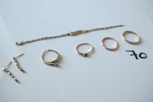 """1 Bracelet 2 ors d'identité gravé """"Romuald""""(L15cm),2 alliances en or(1 (td64),1 brisée),2 pendants d'oreilles 2 ors (manque accroches),2 bagues en or (1 rehaussée d'une pierre bleue(td52),1 solitaire rehaussé d'un petit diamant corps brisé. PB 15,4g"""
