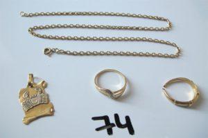1 Chaine en or maille forçat(L42cm) fermoir cassé, 1 pendentif 3 ors à décor du signe astrologique du scorpion 2 bagues en or(1 2 ors(td52),1 corps brisé).PB 14,7g