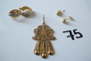 1 Pendentif en or à motif de main filigranée,2 créoles 2 ors,2 boucles d'oreilles à motif de boules granitées. PB 6,5g