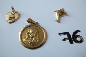 1 Médaille en or, 2 pendentifs en or (1 à décor de la vierge, 1 à décor d'un dauphin). PB 4,3g