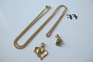 1 Chaine en or maille gourmette(L57cm) 2 pendentifs en or (1 orné de deux pierres vertes et de deux petits diamants,1 à décor de coeurs avec une pierre verte).PB 9,3g