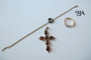 1 croix en or rehaussée de six pierres rouges taille cabochon,1 bague 2 ors solitaire rehaussé d'un diamant(td56),1 bracelet en or maille double à décor d'un coeur noir au centre(L18cm).PB 9,8g