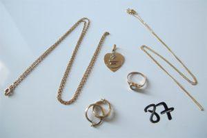 2 Chaines en or (1 maille forçat(L53cm) 1 chaine maille gourmette(L44cm)),1 médaille d'amour en or,2 créoles en or 1 bague en or d'enfant à décor d'un coeur rehaussée d'une pierre bleue(td41)PB 9,5g