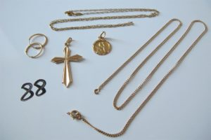 2 Chaines en or (1 maille cheval(L52cm) 1 maille gourmette brisée),1 croix en or ciselée,1 médaille en or à décor d'un ange,2 créoles en or ciselées.PB 9,6g