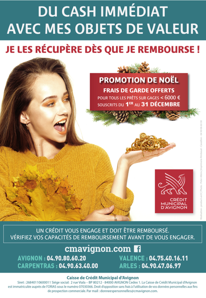 une jeune femme présente dans sa main des bijoux en or. Publicité sur les prêts sur gages qui indique promotion frais de garde gratuits pour les prêts sur gages en décembre 2019