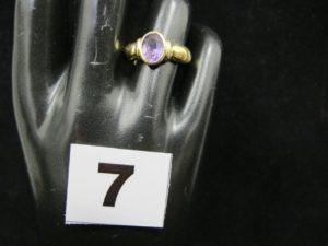 1 Bague en or, ornée d'une pierre violette ovale (TD 52). PB : 4,4g