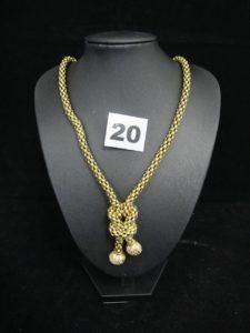1 collier en or maille popcorn orné d'unmotif central rehaussé de petites pierres (L 45cm). PB : 27,9g