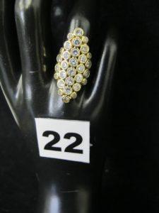 1 bague marquise en or, rehaussée de pierres serties clos disposées en losange (TD 52). PB 5g