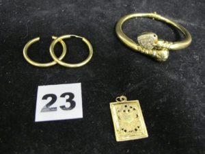 2 créoles dont une sans fermoir, 1 pendentif livre (cabossé) et 1 bracelet orné de pierres avec le mécanisme d'ouverture (abimé). Le tout en or. PB : 20,5g