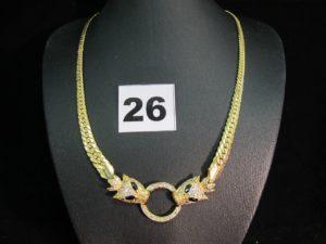 1 collier gradué en or maille anglaise ornée d'un motif central tête de félin rehaussé de pierres blanches et bleues (maille un peu abimée) (L 40cm). PB : 16,3g