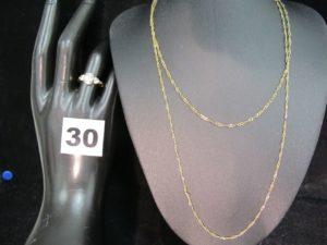 1 sautoir maille torsadée (sectionné L 83cm) et 1 bague ornée de 3 pierres (TD 52). Le tout en or. PB : 5,5g