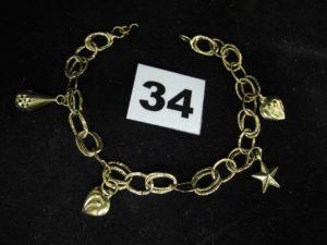 1 bracelet en maille (cabossée), fermoir(cassé) orné de breloques (L 21cm). PB : 7,4g
