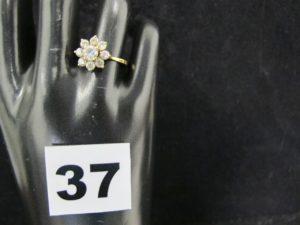 1 bague forme marguerite ornée de pierres blanches (TD 55); PB : 2,4g